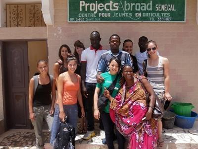 세네갈 아동 케어센터 야외에 있는 봉사자들과 직원들