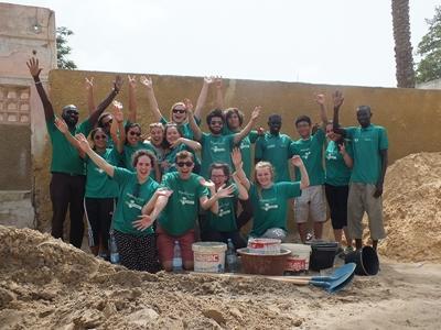 고교생 스페셜 프로젝트 세네갈 참가자들이 활동중 포즈를 취하고 있다