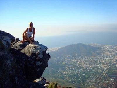 남아공 프로젝트 봉사자가 라이온스 해드 정상에 앉아있다