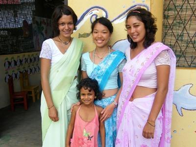 스리랑카에서 갭이어 봉사자가 전통복장을 입고 있다