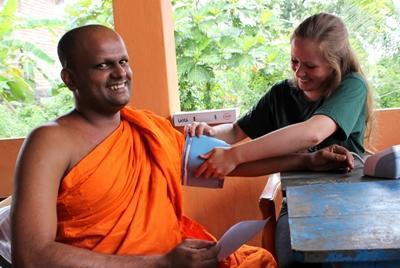 프로젝트 어브로드 의료 프로젝트 봉사자가 의료봉사 행사에서 스리랑카 승려의 건강 검진을 하고 있다