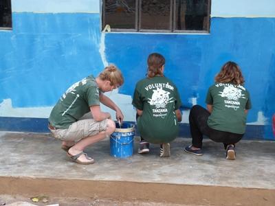 탄자니아 봉사자들이 Dirty day에 페인팅을 하고 있다