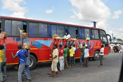탄자니아 봉사자들이 로컬 버스를 타고 활동지로 이동하고 있다