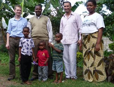 탄지나아 호스트 가족과 함께 있는 프로젝트 어브로드 봉사자들