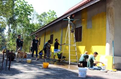 태국 봉사자들이 커뮤니티 데이 활동을 하고 있다