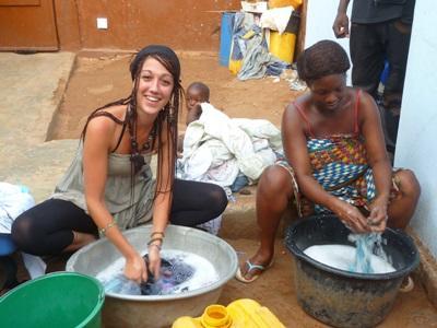 토고 프로젝트 봉사자가 현지 여성이 설거지 하는 것을 돕고있다
