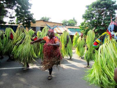 토고 현지 주민들이 지역 축제에 참가하고 있다