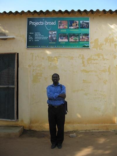 프로젝트 어브로드 직원이 토고 로메 오피스 밖에 있다