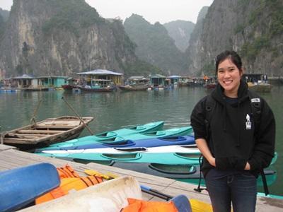 베트남 호수앞에 있는 봉사자