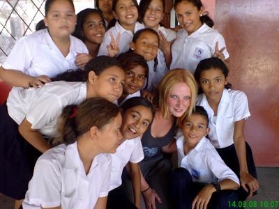 중남미 교육 프로젝트 봉사자와 학교 학생들