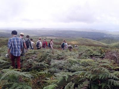 프로젝트 어브로드 봉사자들이 갈라파고스 섬에서 산책을 하고 있다