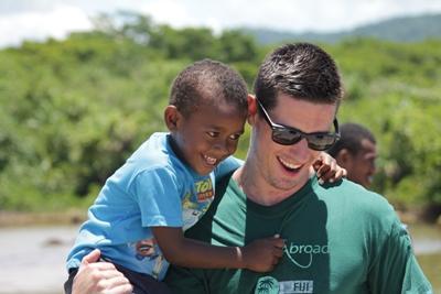남태평양 사회복지 프로젝트 활동지 케어센터에서 봉자사자 어린 남자 아이를 안고 있다