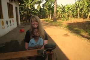 프로젝트어브로드 갭이어 프로그램에 참가한 봉사자가 아동을 돌보고 있다