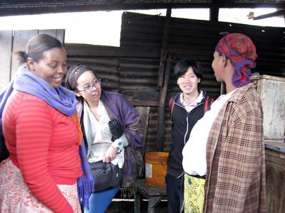 아프리카 마을 주민들과 얘기를 나누고 있는 소액금융 프로젝트  참가자
