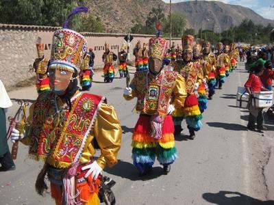 페루 Sacred valley 지역에서 전통옷을 입은 주민들이 축제에 참가하고 있다