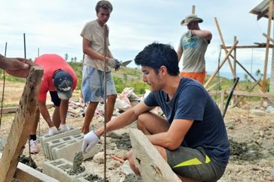 필리핀의 재해복구 프로젝트 봉사자들이 집짓는 건축활동을 하고 있다