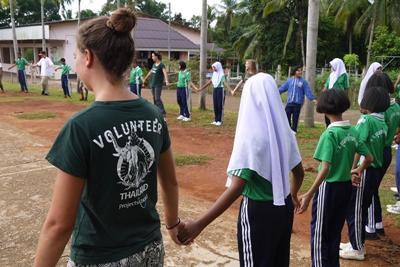 프로젝트어브로드 봉사자들이 환경보호의 중요성에 대해 아이들을 교육하고 있다