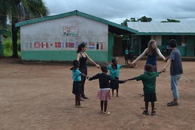 봉사자가 가나의 어린이들에게 교육 및 게임을 하고 있다.