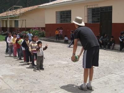 Sacred Valley의 활동지에서 봉사자가 페루 어린이들을 위해 게임을 진행하고 있다.