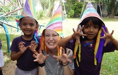 스리랑카 사회복지 프로젝트 봉사자가 어린이들과 즐거운 시간을 보내고 있다.