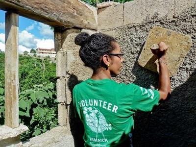 자메이카 건축 프로젝트 봄방학 프로그램에서 일하는 봉사자