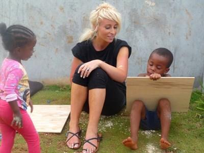 자메이카에서 봉방학 프로그램에 참가하여 지역사회 건축 봉사를 하는 봉사자와 현지 아이들
