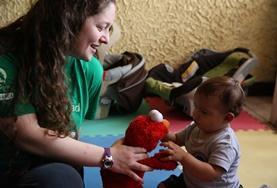 코스타리카 봉사자가 케어센터에서 아기와 놀아주고 있다