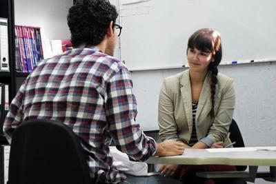 프로젝트 어브로드 국제개발 프로젝트 봉사자가 멕시코 직원과 업무관련 상담을 하고 있다.