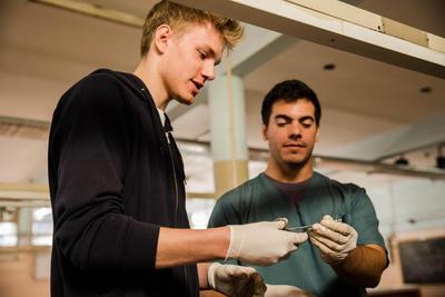 아르헨티나 사회복지 의료 봉사자가 코르도바에 있는 해부학 박물관에서 봉합술에 대해 배우고 있다.