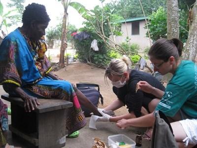 가나 공중보건 프로젝트에서 현지인들을 치료하는 봉사자들
