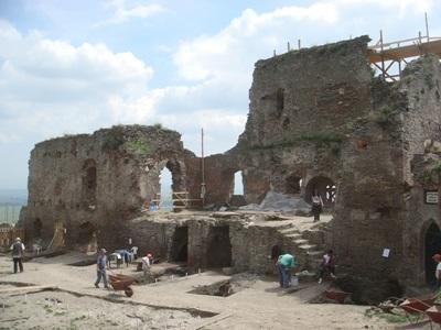 루마니아 고고학 프로젝트에서 세라믹 발굴중인 봉사자들