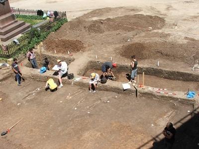 루마니아 고고학 프로젝트에서 활동하는 갭이어 봉사자들