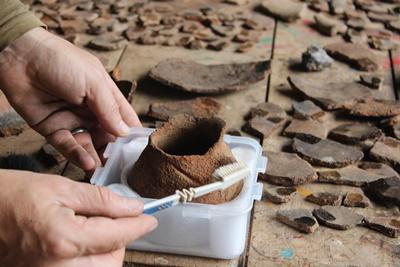 페루 후이로에서 세라믹 클린 작업을 하고 있는 프로젝트어브로드 고고학 봉사자