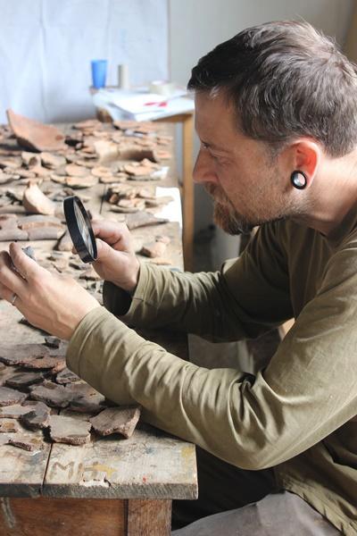 페루 후이로에서 발견된 세라믹을 현미경으로 관찰하는 프로젝트어브로드 고고학 봉사자
