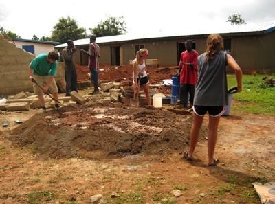 봉사자들이 가나의 지역사회 건축 프로젝트에서 건축활동을 시작하고 있다