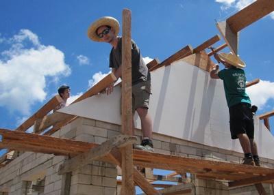 세부에서 태풍피해 건물재건에 참가하고 있는 프로젝트어브로드 봉사자들