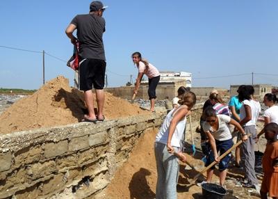 봉사자들이 세네갈의 건축 현장에서 활동하고 있다