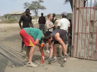 갭이어 봉사자들이 탄자니아 건축 프로젝트에서 자재들을 운반하고 있다