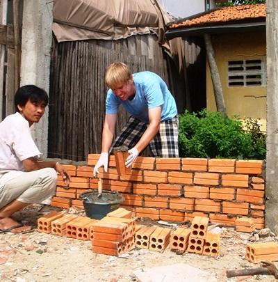 지역사회 건축 프로젝트에서 일하고 있는 봉사자