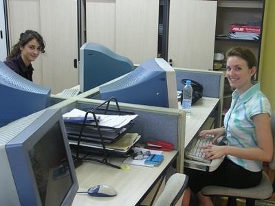 해외 비즈니스 프로젝트에서 컴퓨터로 일하고 있는 봉사자