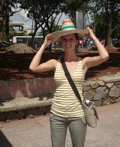 멕시코에서 봉사활동하며 모자 솜브레로를 쓴 봉사자