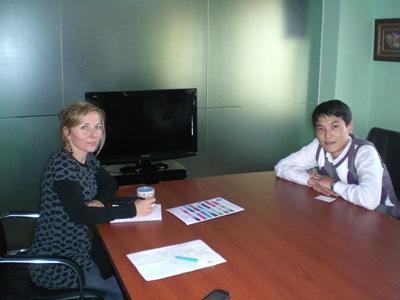 몽골에서 현지직원과 컨설팅하고 있는 비즈니스 인턴