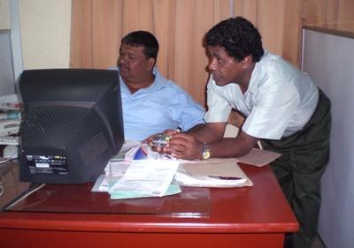 스리랑카의 비즈니스 인턴과 일하는 두 명의 비즈니스맨