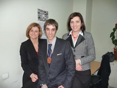 해외 비즈니스 프로젝트에서 현지 직원과 일하는 봉사자