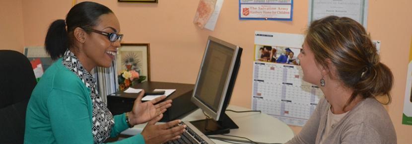 프로젝트어브로드 사회복지 인턴이 전문 사회복지와 함께 사례에 대해 토의하고 있다.