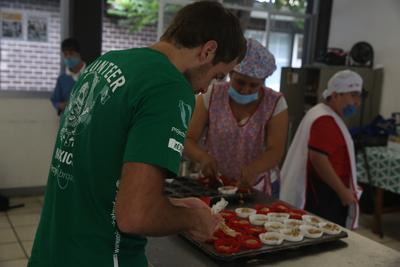 멕시코 과달라하라에서 사회복지 프로젝트 자원봉사자가 특수학교 학생들을 도와 머핀을 만들고 있다.