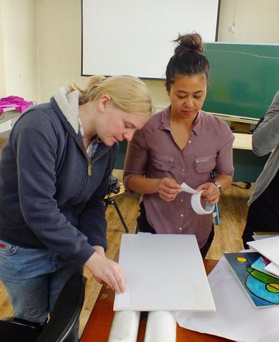 몽골의 사회복지 인턴쉽에서 교육자료를 준비하는 봉사자