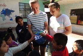 프로젝트어브로드 볼리비아 프로젝트 자원봉사자들이 어린이들에게 오존층에 대해 알려주고 있다.