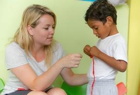 프로젝트 어브로드 사회복지 프로젝트 봉사자가 에콰도르 어린이에게 만들기 시간을 보내고 있다.