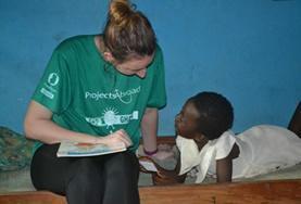 가나의 복지시설에서 아이와 시간을 보내는 사회복지 봉사자